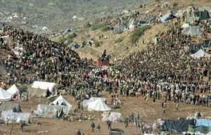 Kurdish Refugees band together along the Iranian border, 1991