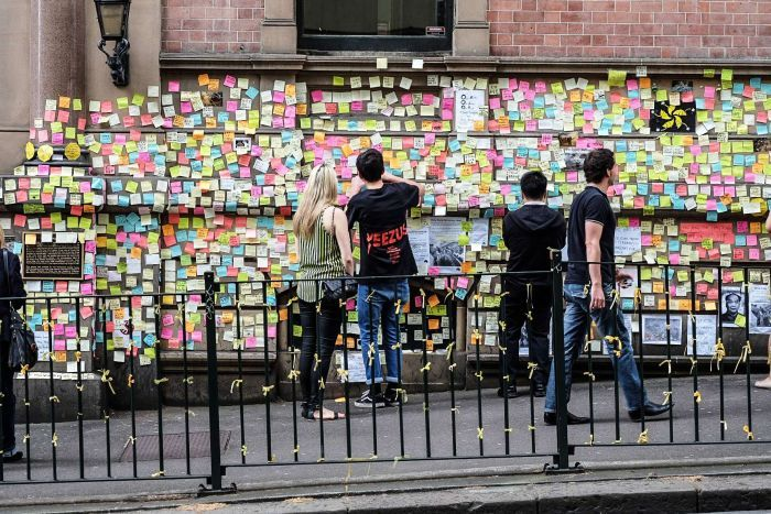 Supporters of the protesters in Hong Kong have covered the wall of Hong Kong House in Sydney with hundreds of notes. (702 ABC Sydney: John Donegan)