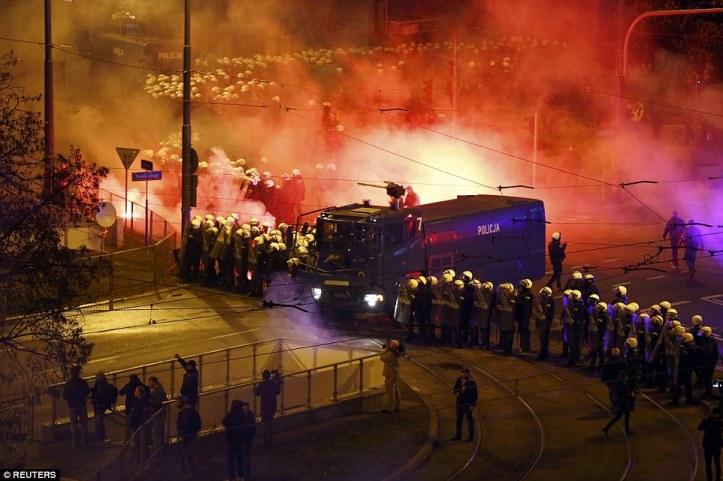 1415737147116_wps_46_Riot_policemen_stand_besi