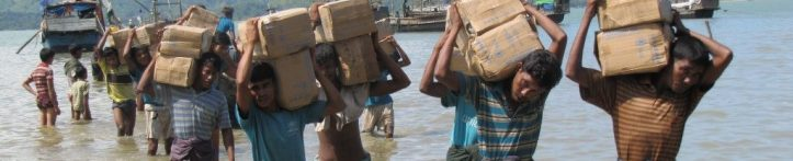 cropped-rohingya-reguees-with-supplies.jpg